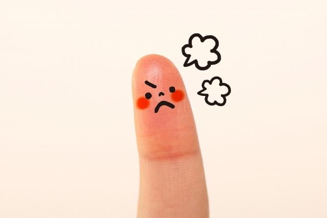 怒っている指