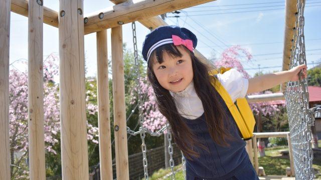 遊具で遊ぶ園児