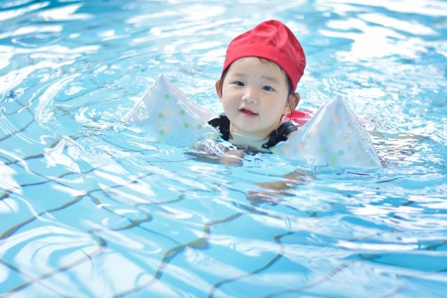 泳いでいる子供