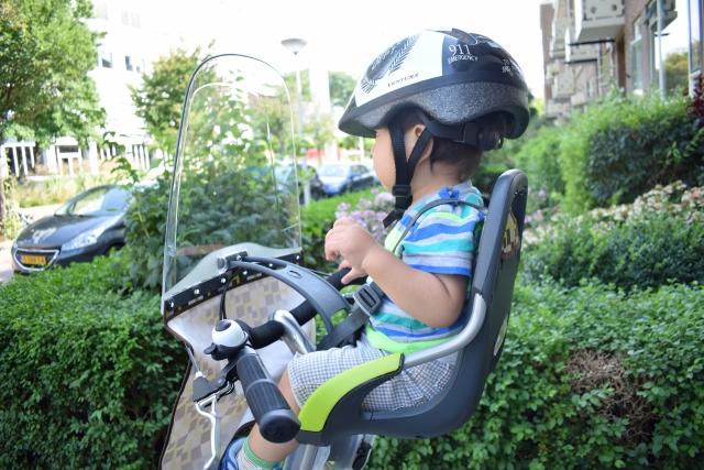 子供がフロントチャイルドシートに乗っている