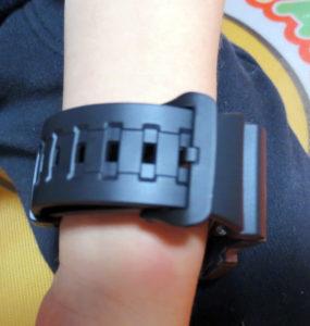 腕にした腕時計穴の部分